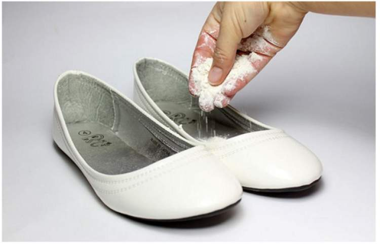 talco no calçado para deixa-lo mais confortável