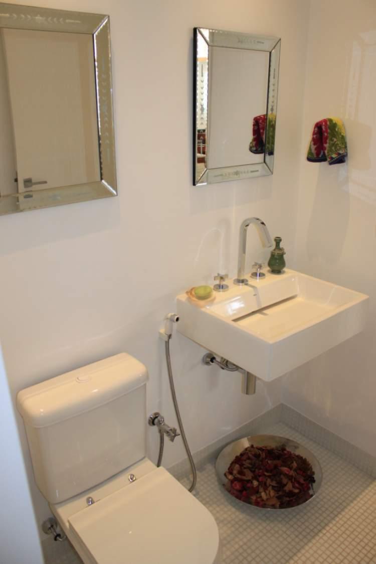 banheiro decorado com espelhos pequenos