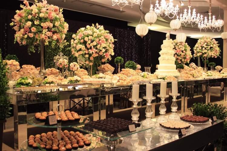 Mesa de doces na festa de casamento
