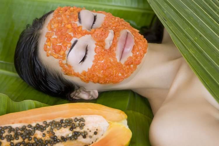 Máscara caseira de mamão papaia para combater a oleosidade da pele
