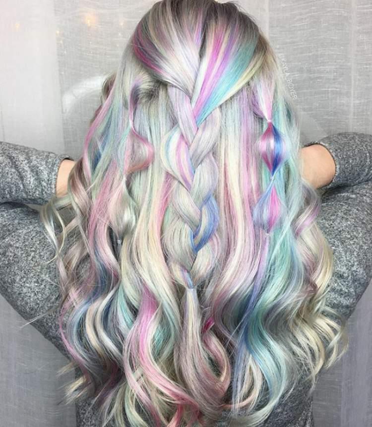 Modelo de trança para cabelos holográficos