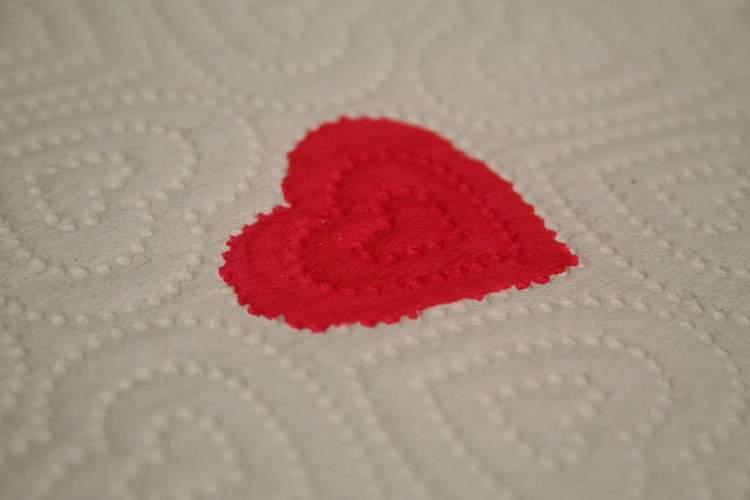 Pequenos sangramentos são sintomas iniciais de gravidez que surgem antes mesmo da menstruação atrasar