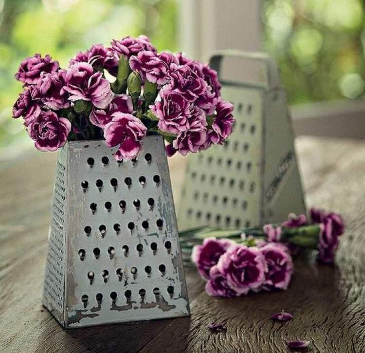 Arranjo de flores em ralador