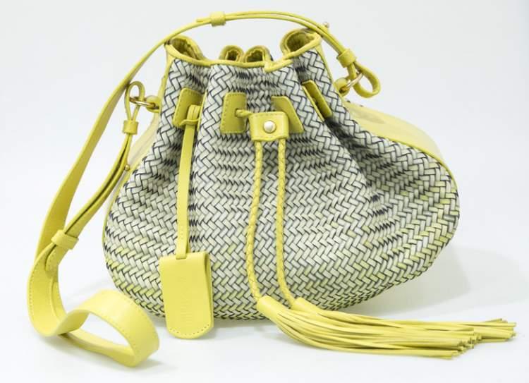 Bolsa saco com visual de mochila é uma das tendências em bolsa para o verão 2018