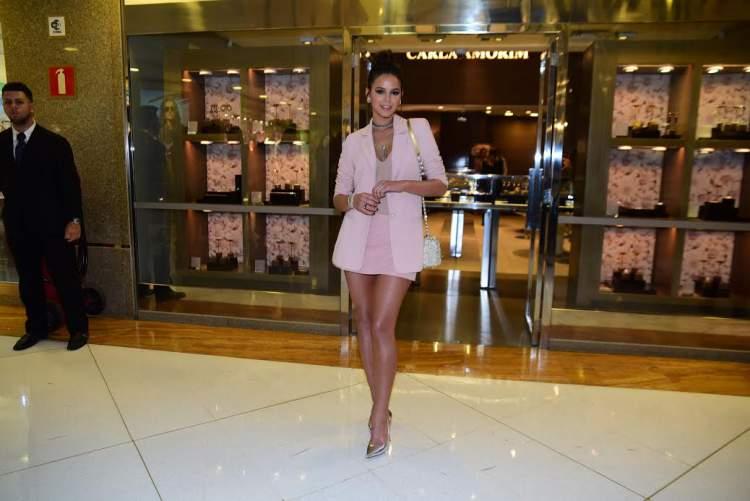 Bruna Marquezine usando Look com short saia + pegada de alfaiataria – 2016