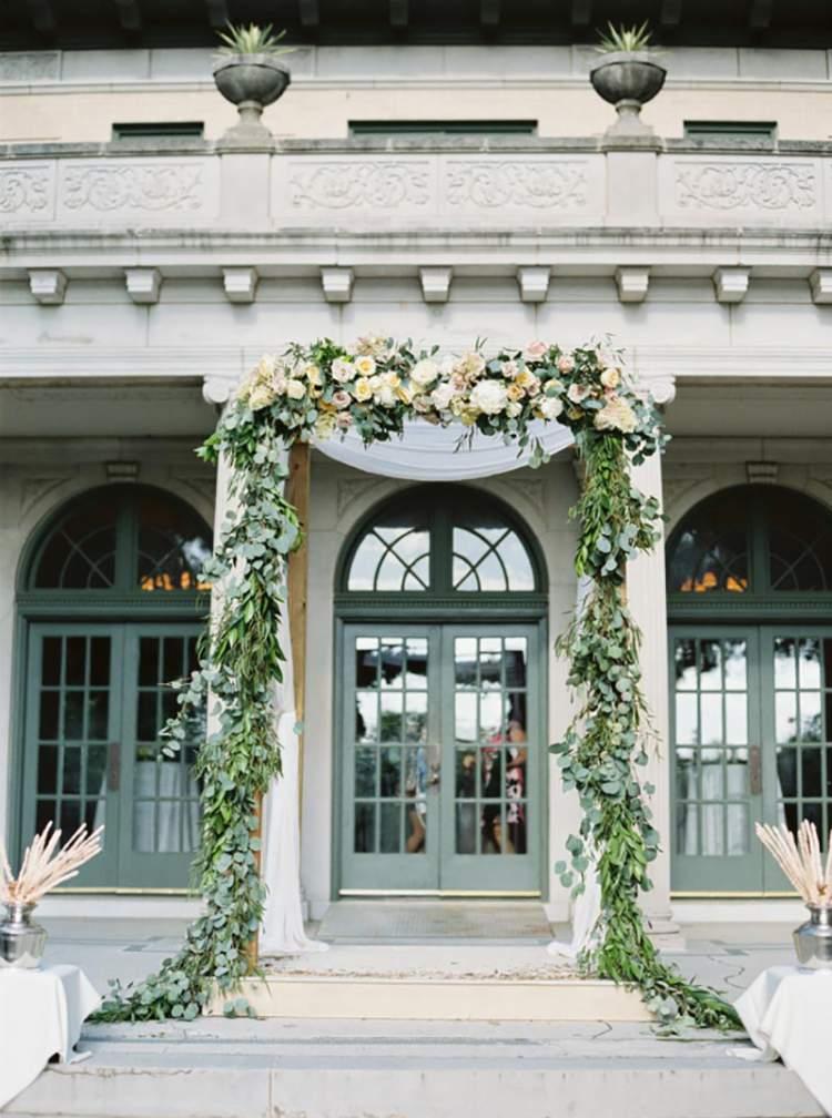Arco de folhagens na decoração de casamento