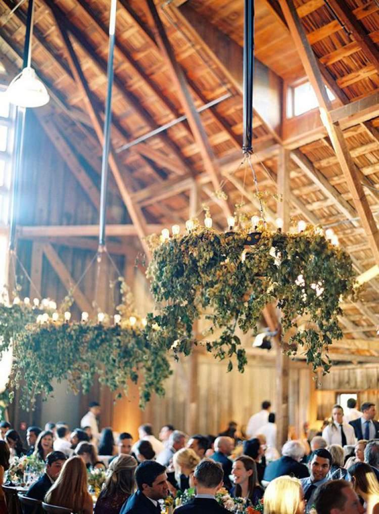 Decoração de casamento com lustres de folhagens