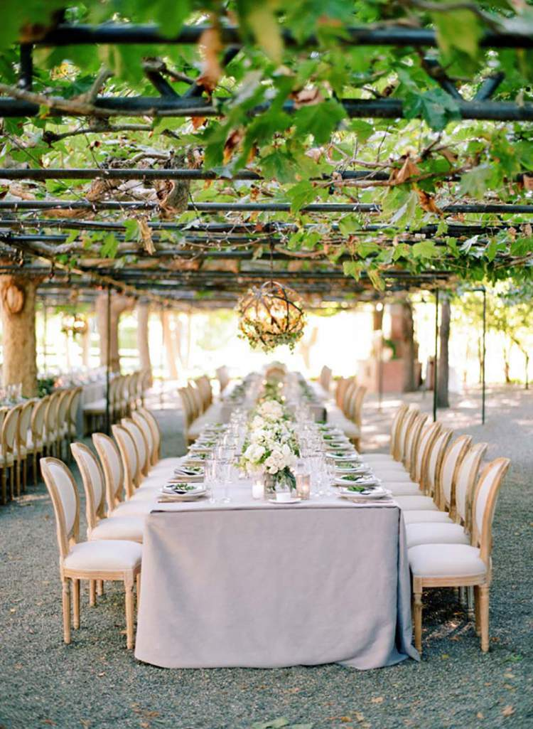 Linda decoração de casamento com folhagens