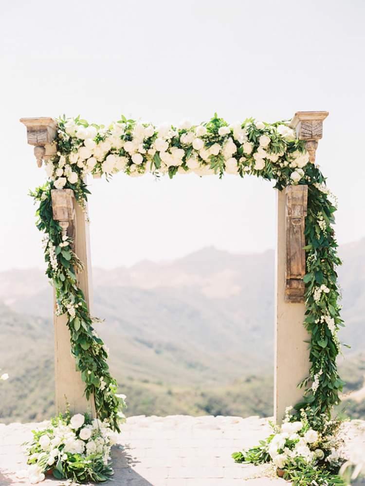 Lindo arco de folhagens na decoração de casamento