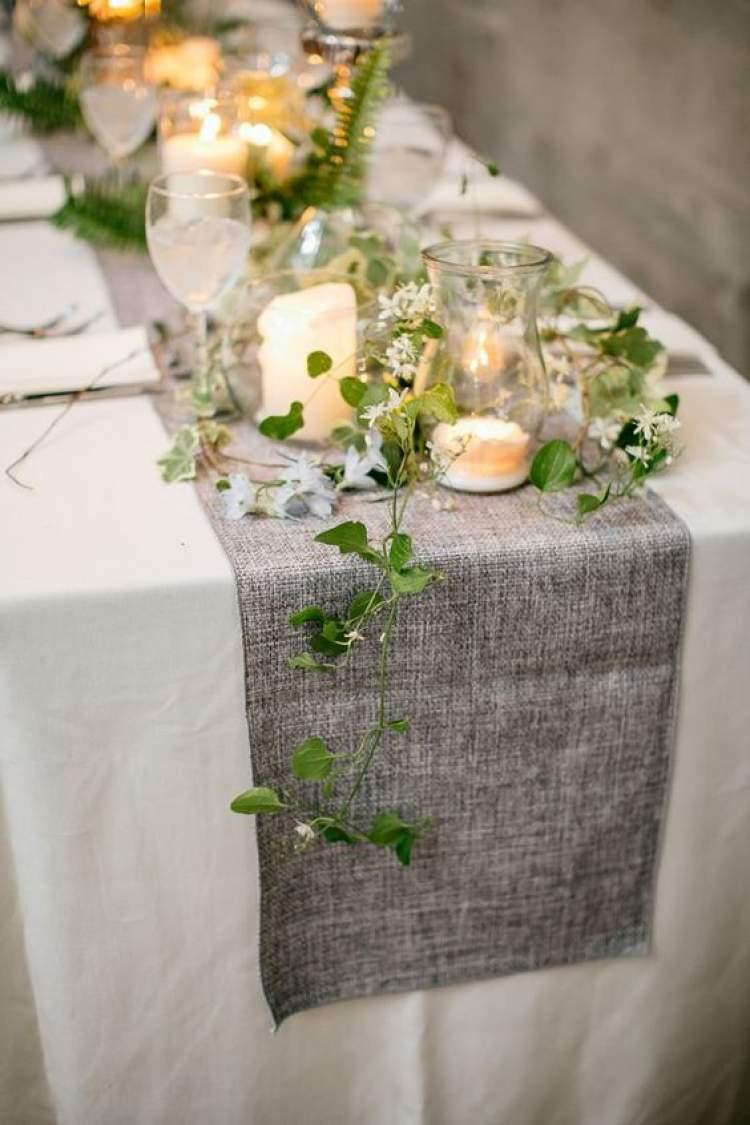 Mesa de casamento decorada com folhas