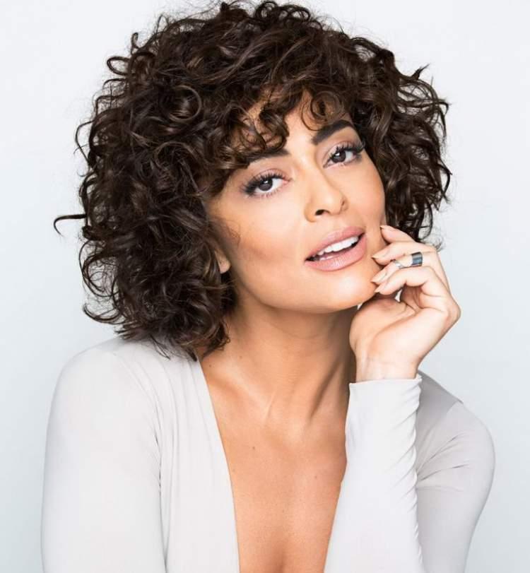 O corte chanel com franja entre as tendências para cabelos cacheados 2018