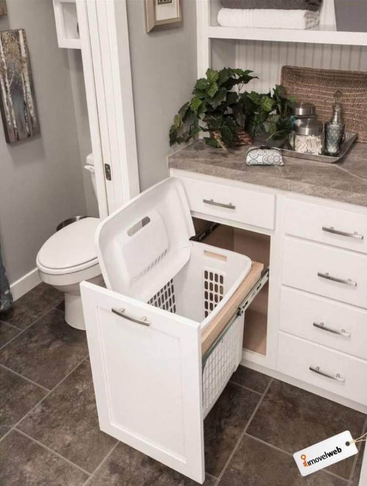 Cesto para roupa suja embaixo da pia do banheiro