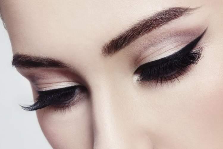 Olho com delineado de gatinho é uma das ideias de maquiagem para fazer em pouco tempo