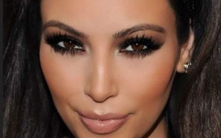 Olho esfumado com sombra escura é uma das ideias de maquiagem para fazer em pouco tempo