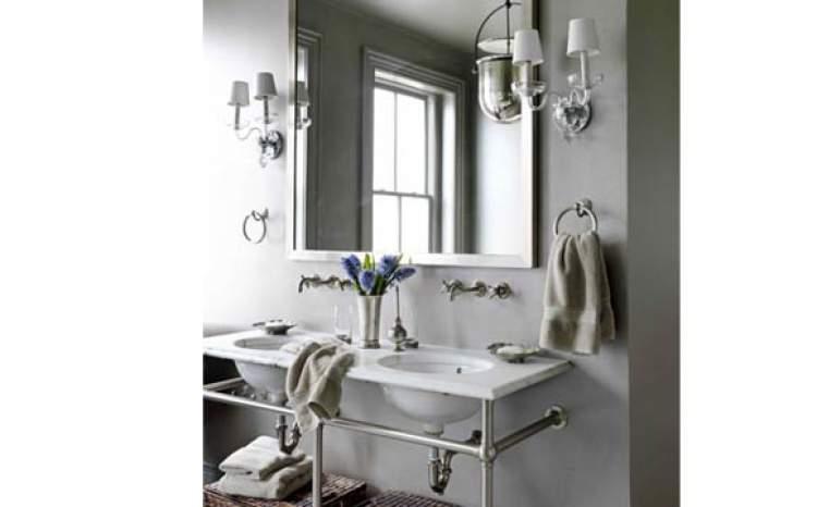 Apoio da pia vazado para deixar um banheiro pequeno mais espaçoso