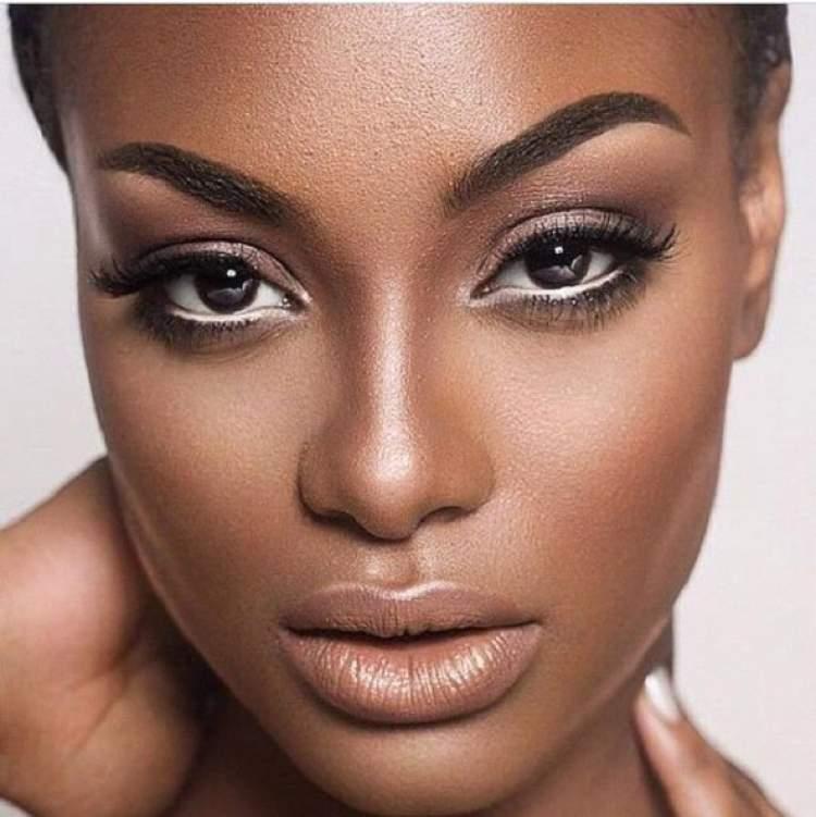 Iluminador na maquiagem para quem tem a pele negra