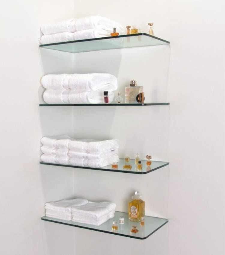 Prateleira de vidro para deixar um banheiro pequeno mais espaçoso
