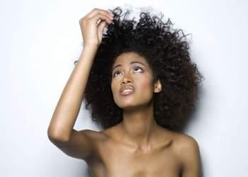 Conheça a reconstrução capilar em cabelos cacheados e crespos