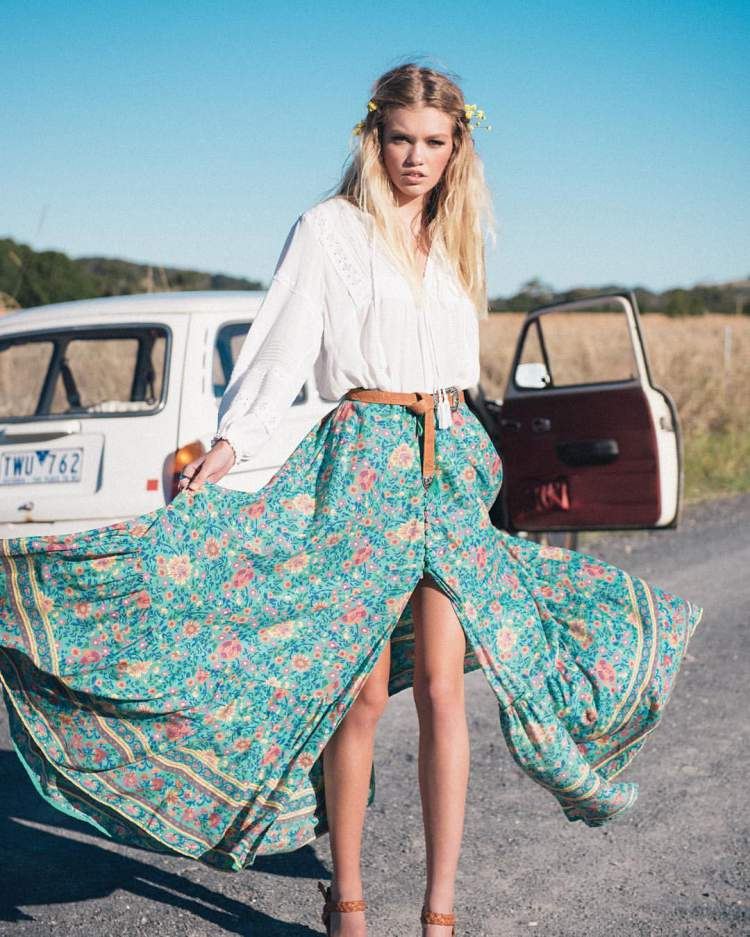 Uma das peças tendência do estilo boho no verão 2018 será a saia longa estampada com fenda