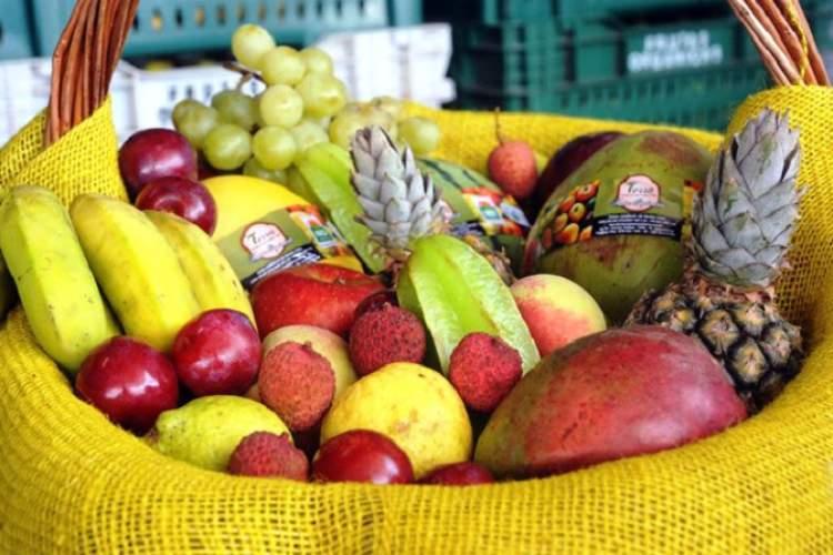 Cesta de frutas para ceia de ano novo