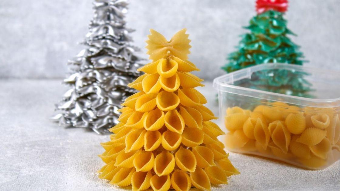 Árvore de Natal feita com macarrão