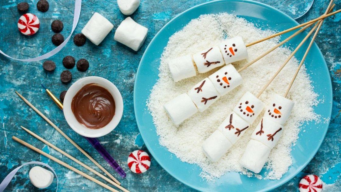 Marshmallows transformados em bonecos de neve