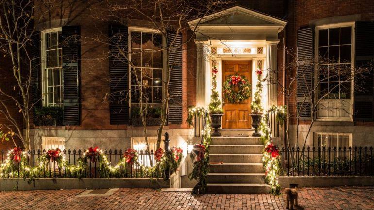 Porta e cerca de casa decoradas para o Natal