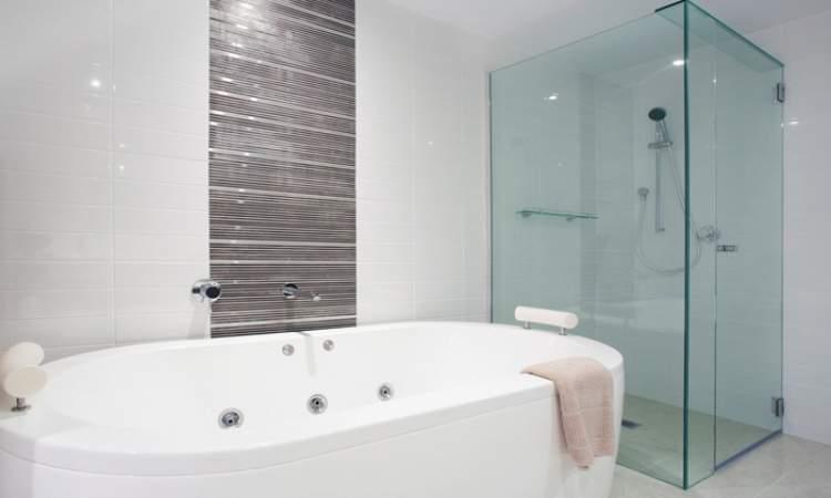 Banheiro bem iluminado