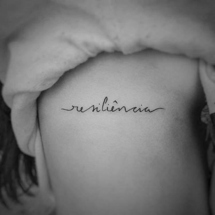 Modelo de tatuagem com escrita delicada