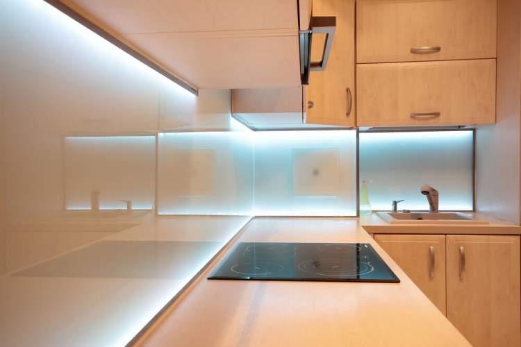 O uso de fita de led deixa a cozinha mais iluminada