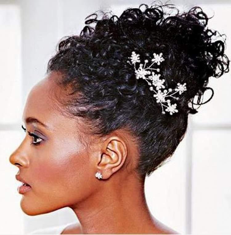 Penteado de casamento para cabelo curto com enfeite