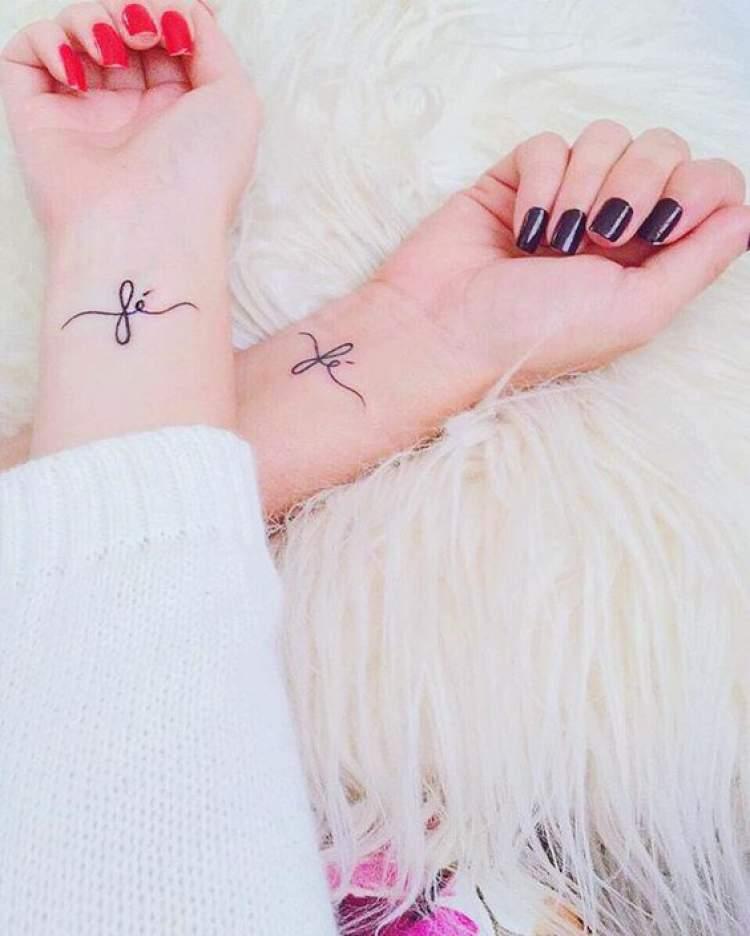 Tatuagem com escritas delicadas
