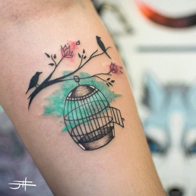 Tatuagem de pássaros no braço