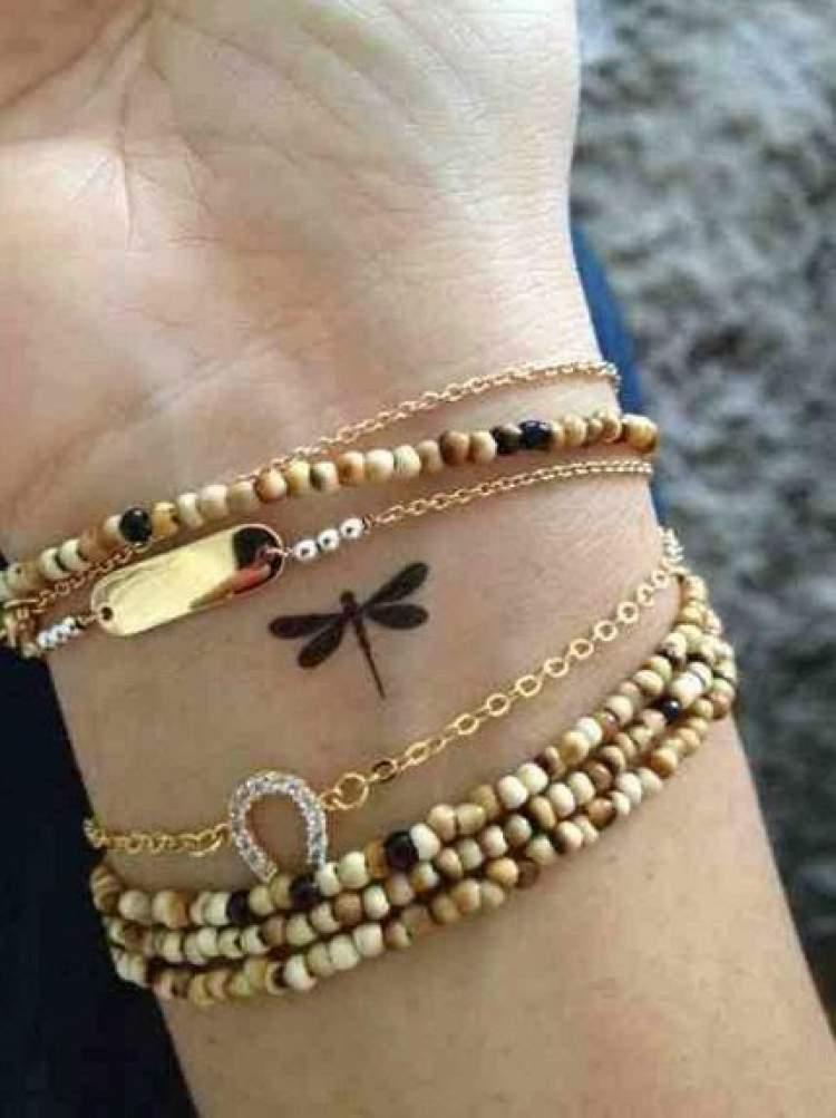 Tatuagem delicada de borboleta no punho