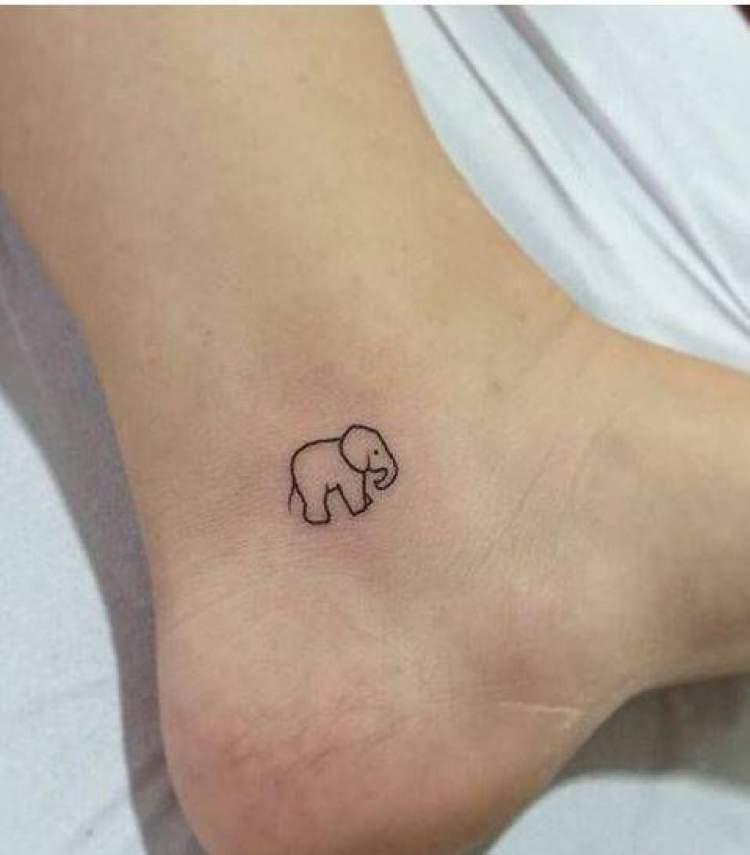 Tatuagem delicada de elefante no pé ao lado do calcanhar