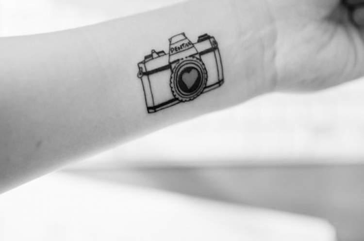 Tatuagem delicada inspirada na fotografia