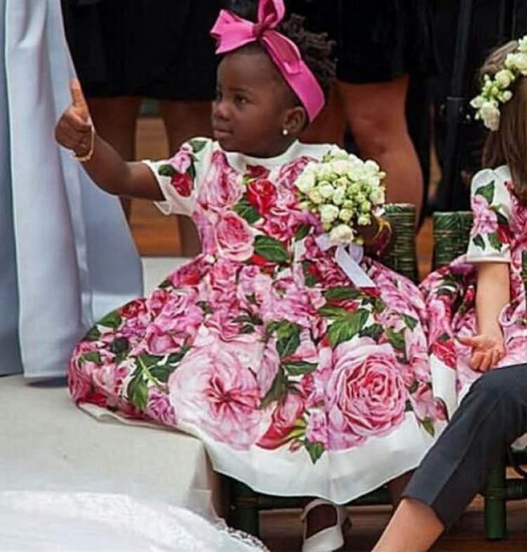 Titi com vestido de daminha de honra