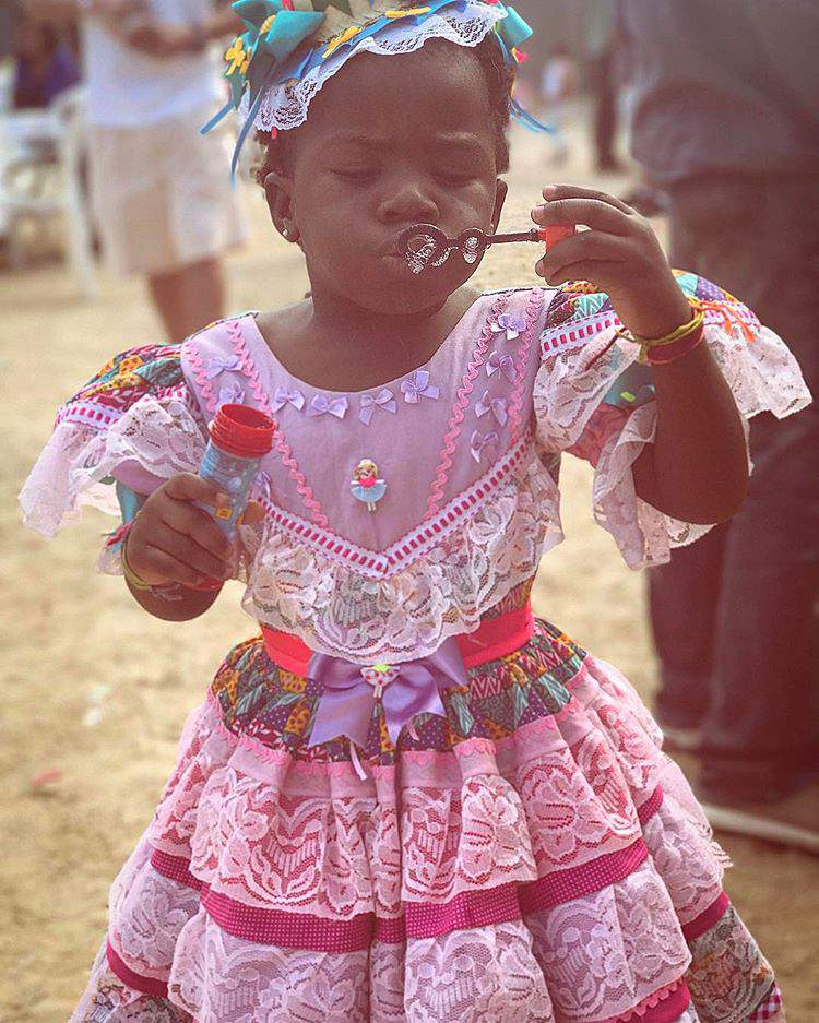 Titi usando vestido para festa junina