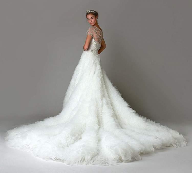 Vestido de Noiva com Cauda de Pelos