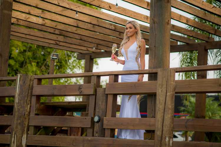 Ana Torres usando um vestido branco