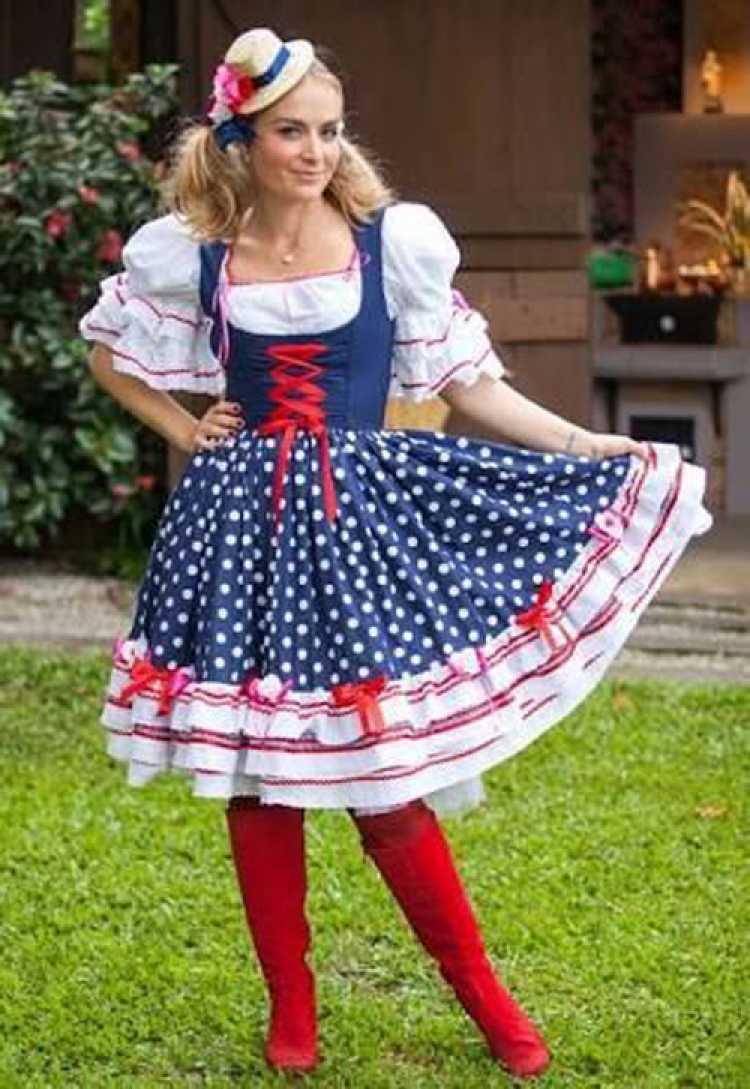 Angélica usando vestido com estampa poá para festa junina