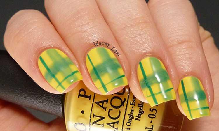Unhas decoradas com as cores do Brasil