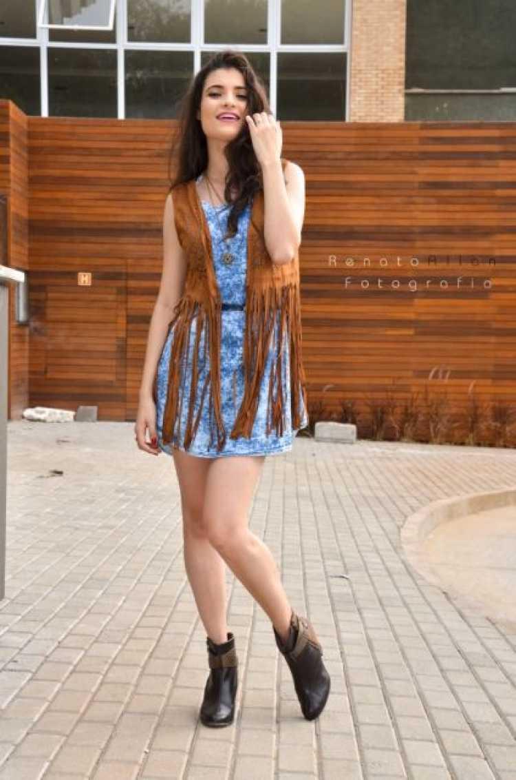 Vestido azul estampado com um colete de franjas