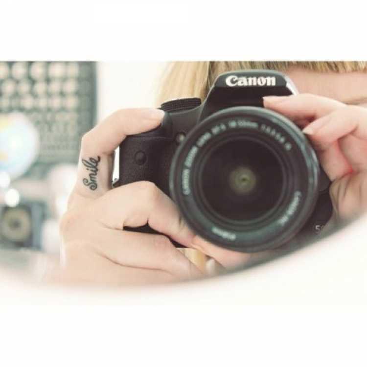 Modelo de tatuagem feminina para o dedo da mão