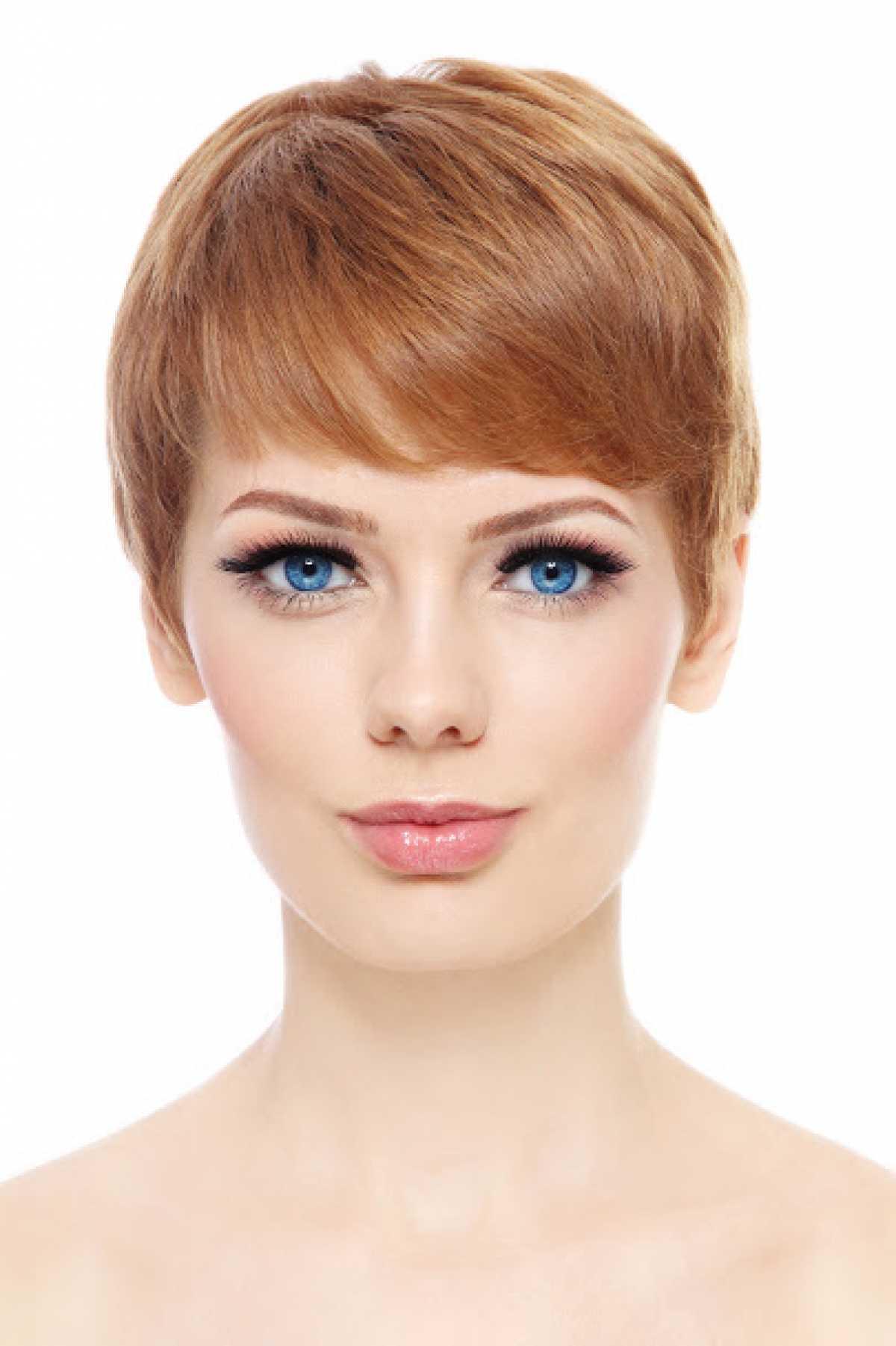 Mulher bonita de olhos azuis com visual moderno e fios curtíssimos