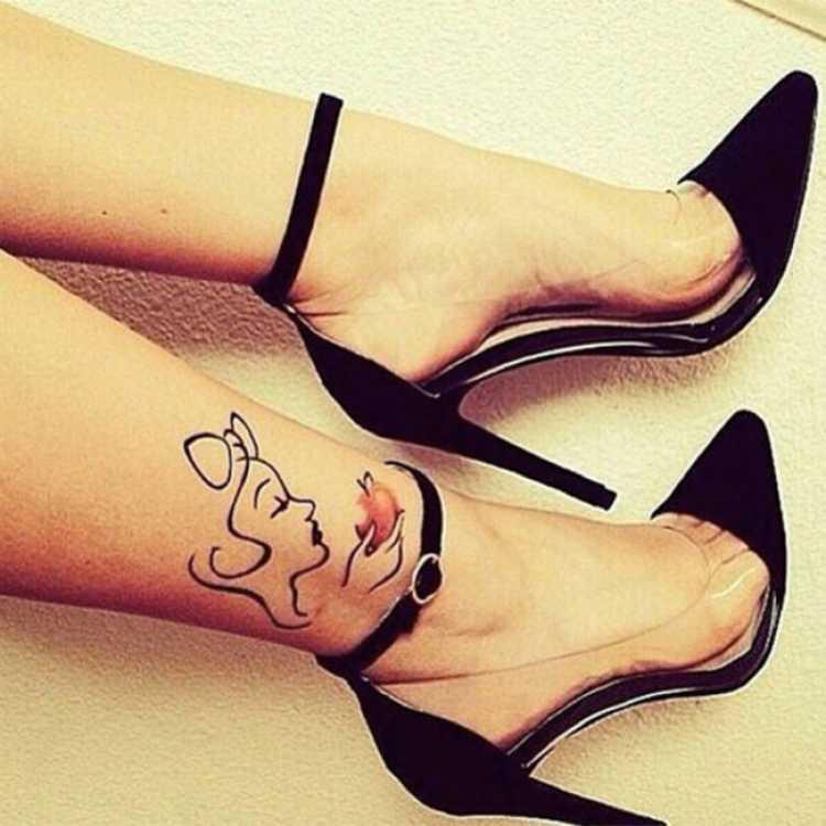 Tatuagem feminina delicada com o desenho no tornozelo de uma mulher comendo uma maça