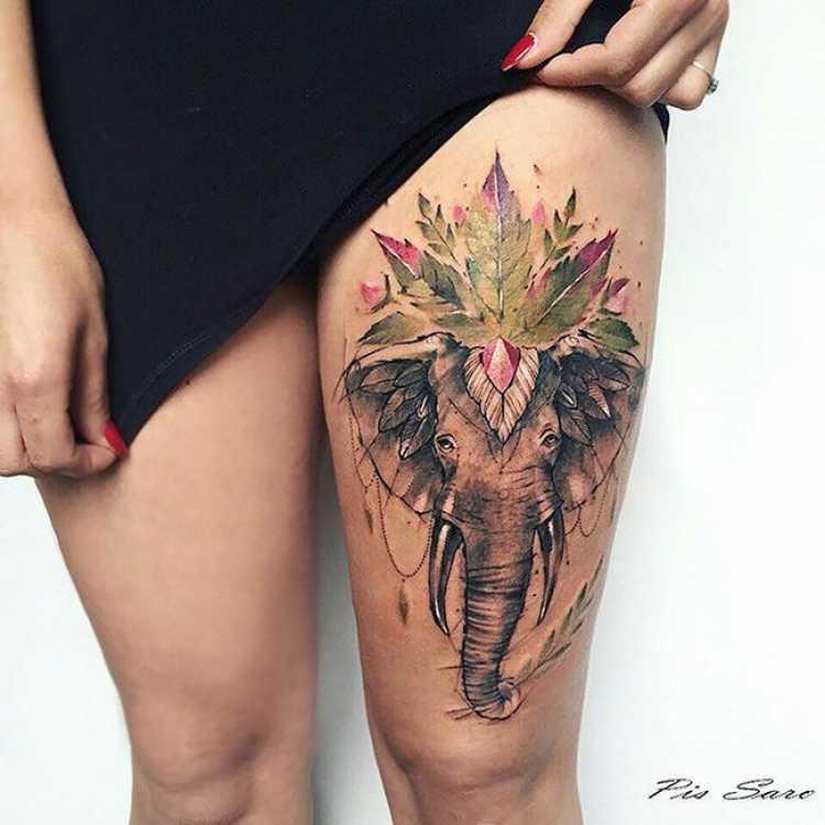 Tatuagem feminina na coxa