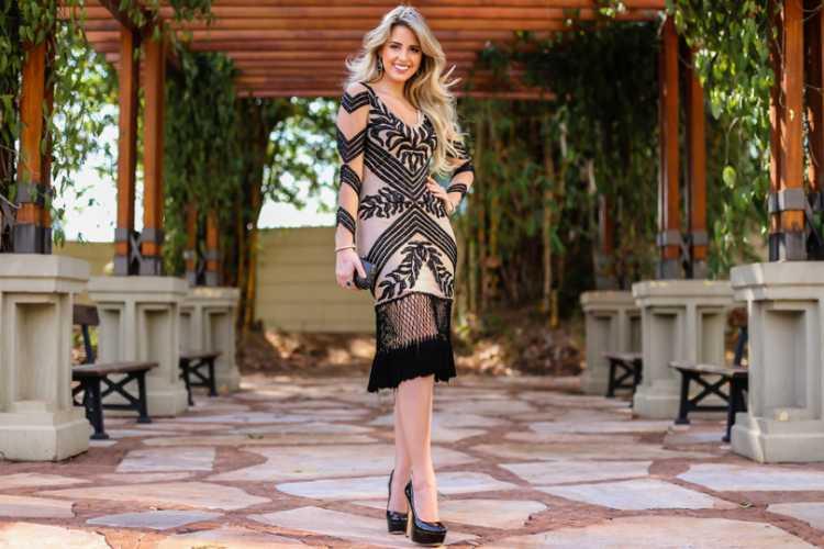 Vestido com bordados é uma das ideias de look para usar numa festa a noite