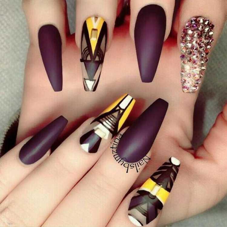 Nail Art com desenho geométrico