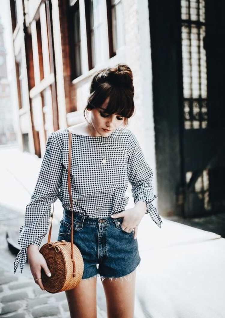 Mulher usando bolsa de palha, um dos itens da moda verão 2019 para você colocar na lista de desejos